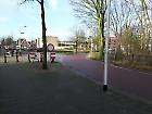 Thijmstraat met rode asfalt in bocht naar rechts, Tollensstraat