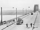 de Waalbrug met de eerste Engelse tanks, sept 1944